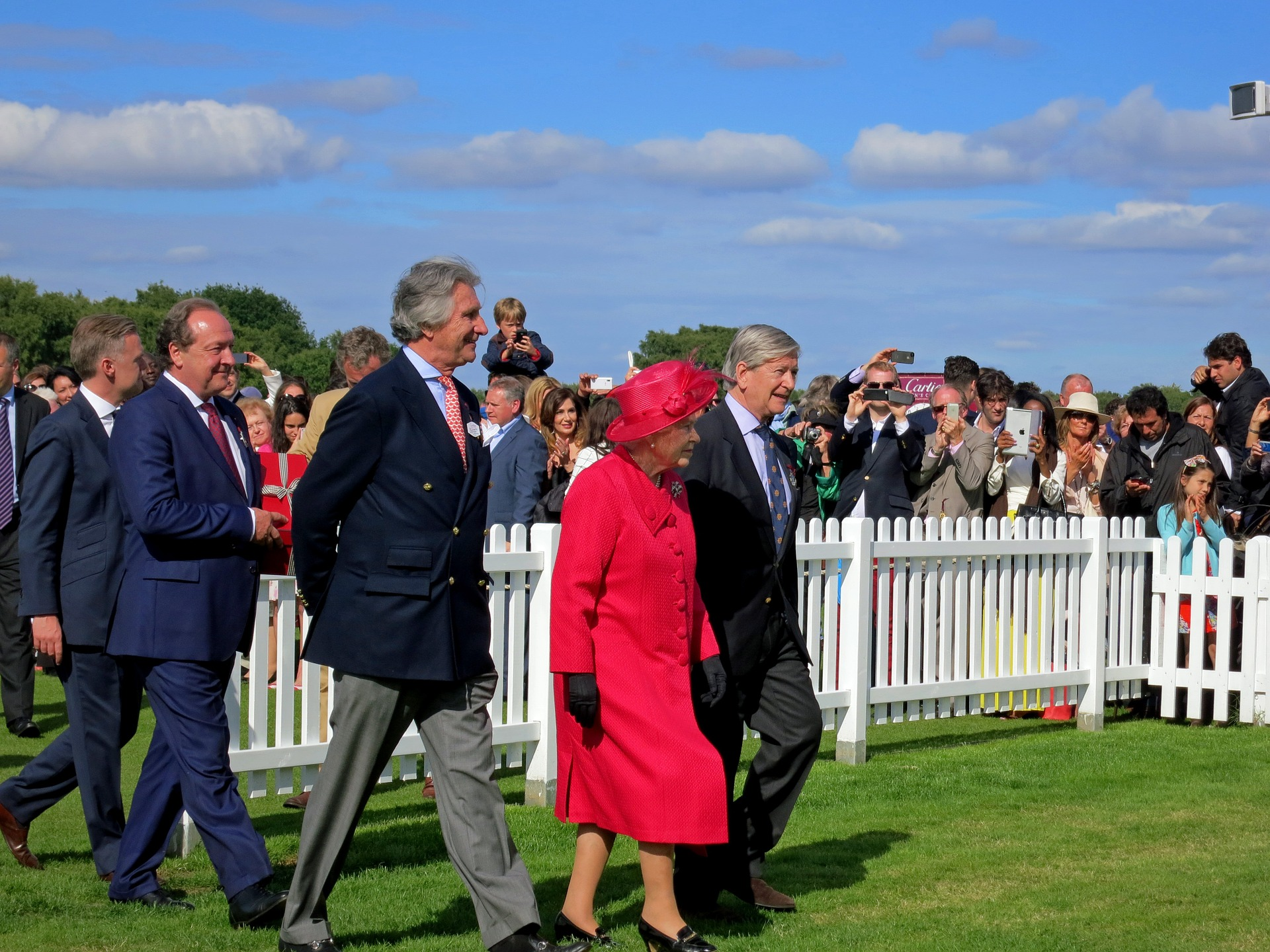 La reine Elizabeth II est le monarque vivant qui règne le plus longtemps après la mort du roi thaïlandais